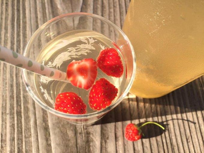 Hyldeblomstsaft med jordbær