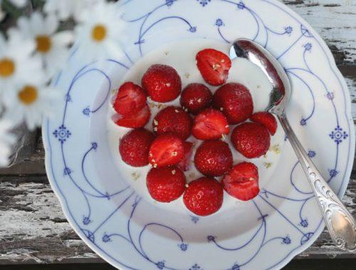 Jordbær med fløde og hyldeblomstsirup