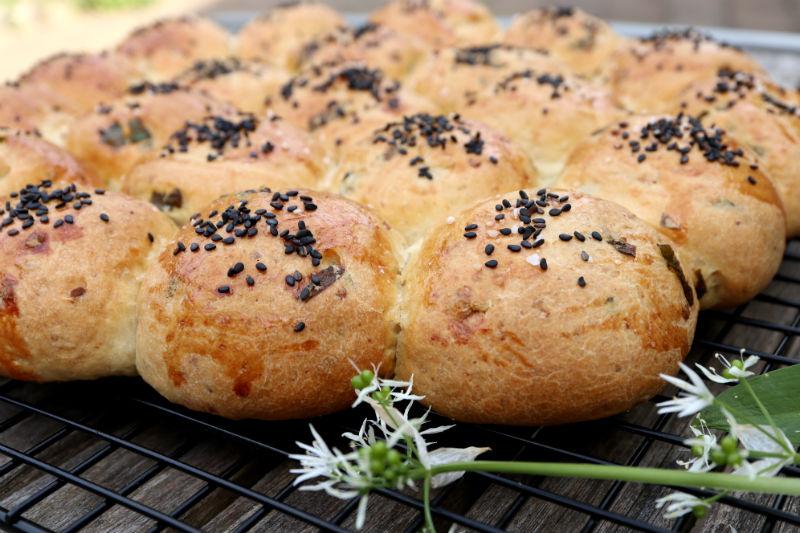 Hjemmebagt brød med ramsløg og ost