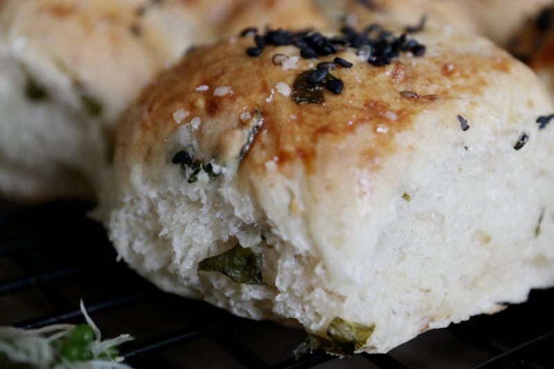 Hjemmebagt madbrød med ost og ramsløg