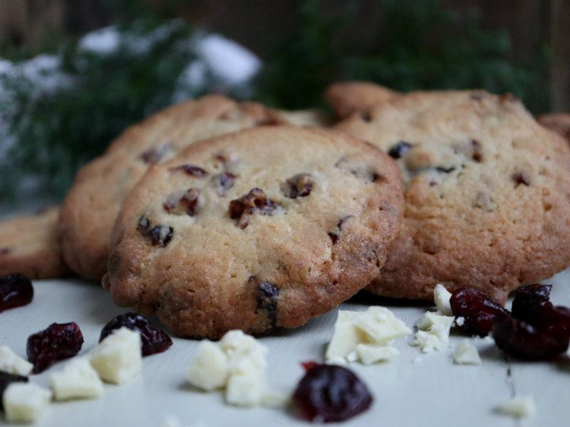 Hjemmebagte cookies med hvid chokolade