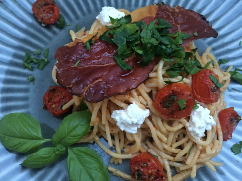 Spaghetti med tomat og ricotta