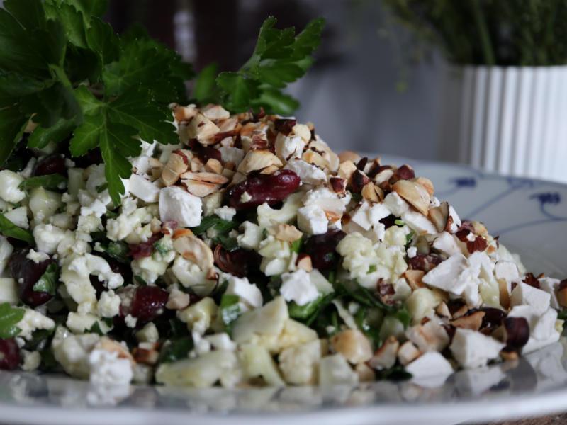 Salat med blomkål, ramsløg, røde bønner, hasselnødder og feta