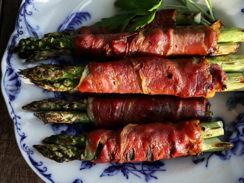 Lækker grillmad: Grønne asparges med serranoskinke