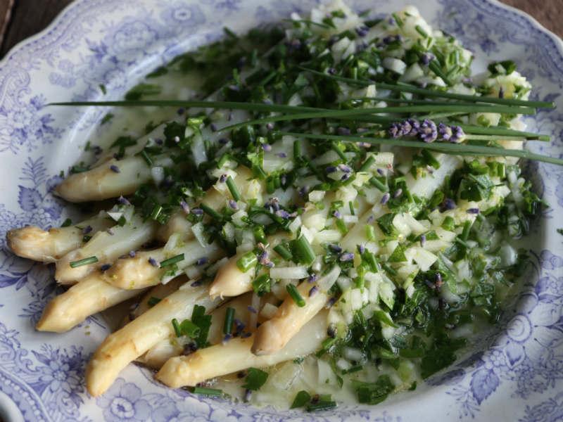 Hvide asparges med lavendelvinaigrette