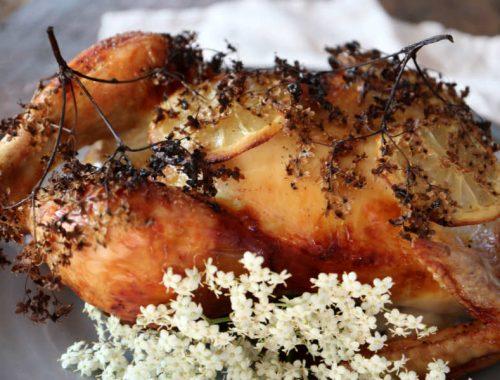 Hyldeblomstmarineret kylling – helstegt kylling i ovn