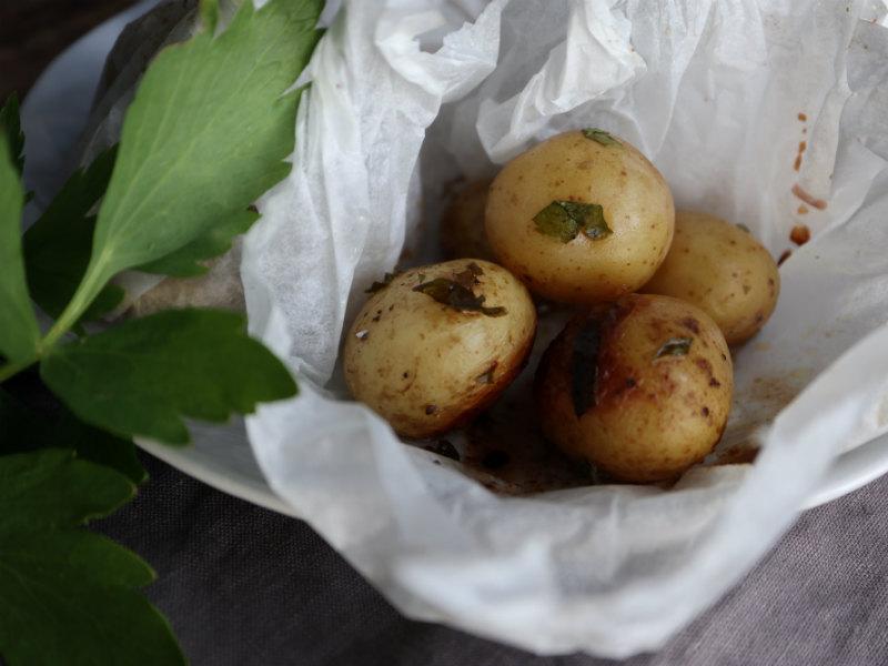 Kartofler på grillen: Kartoffelpakker med løvstikke