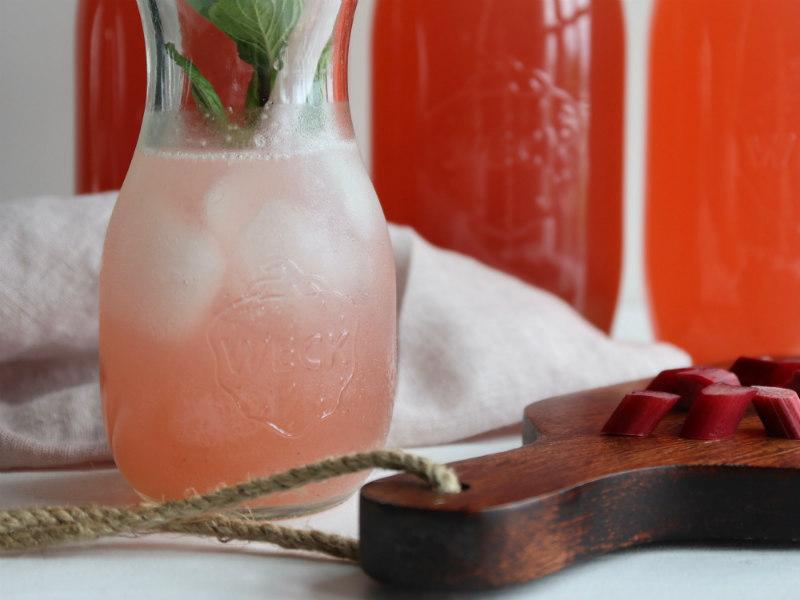 Hjemmelavet rabarbersaft med vanilje