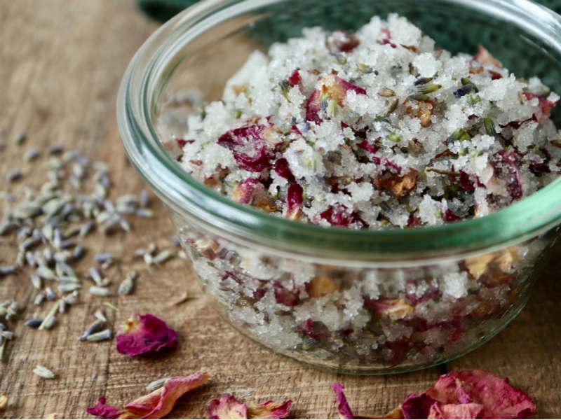 Sukkerbodyscrub med rose og lavendel