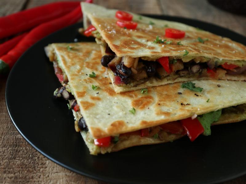 Quesadillas med sorte bønner og avocado