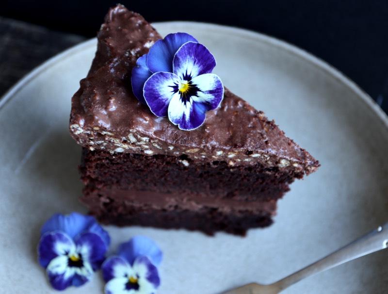 Påskekage lavet på chokoladekage