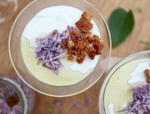 Vaniljefromage med sukkersyltede syrenblomster