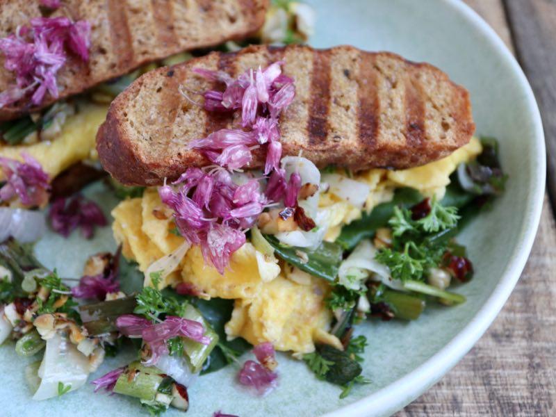 Æggesandwich med grov pesto og syltede purløgsblomster