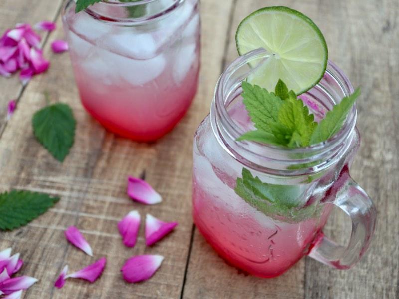 Agua fresca med rose, citronmelisse og lime