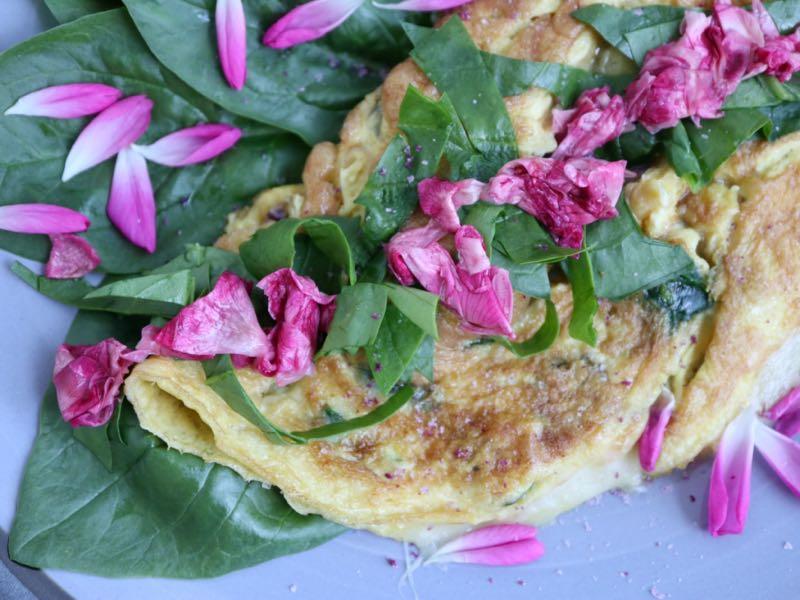 Omelet med spinat, ost og syltede rosenblade