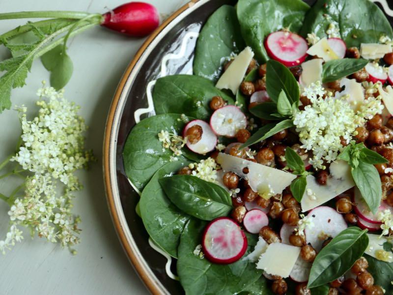 Spinatsalat med ristede kikærter, radiser og ost