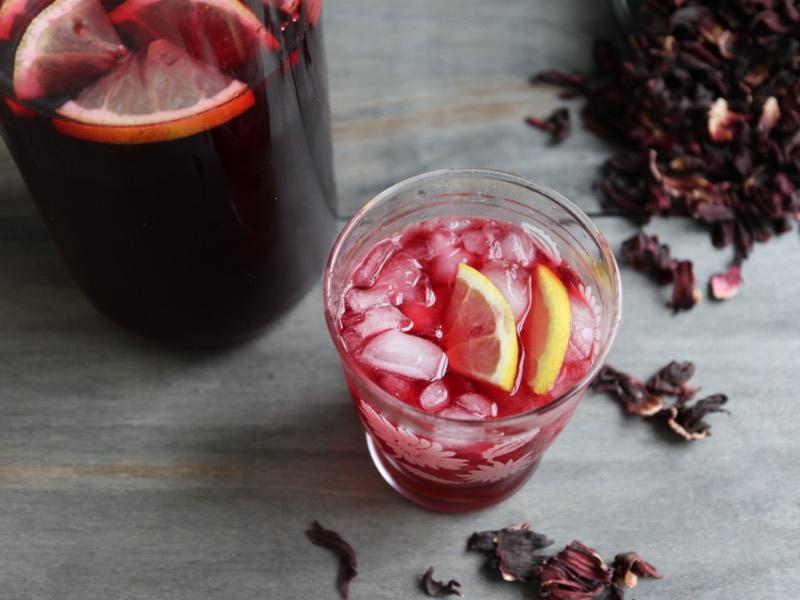 Hjemmelavet agua fresca med hibiscus