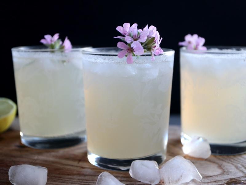 Cocktail med rosengeraniumsnaps, citron og ginger ale