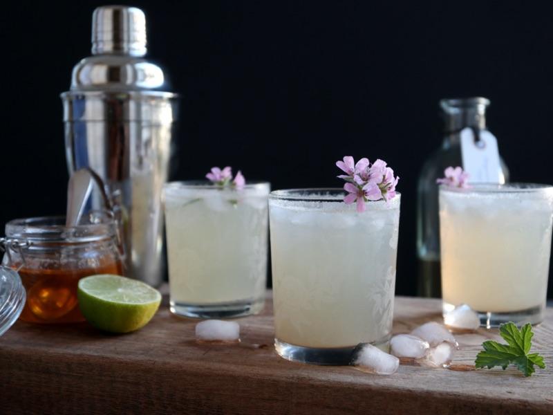 Cocktail med rosengeraniumsnaps, citronsirup og ginger ale