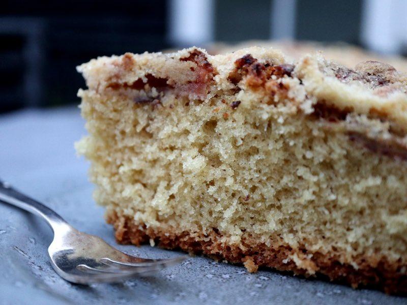 Et stykke kage med æbler og sukkerdrys