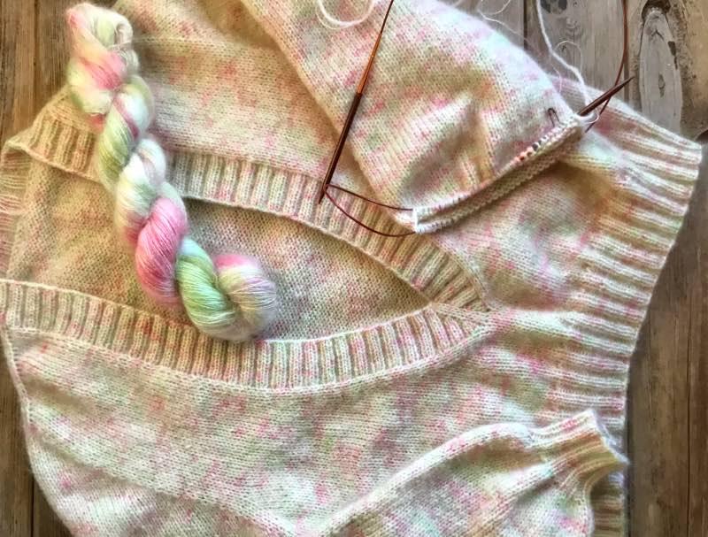 V-halssweater i håndfarvet mohair