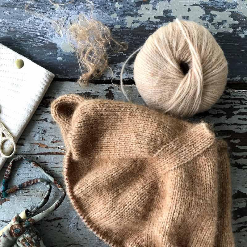 V-halssweater i camelfarvet
