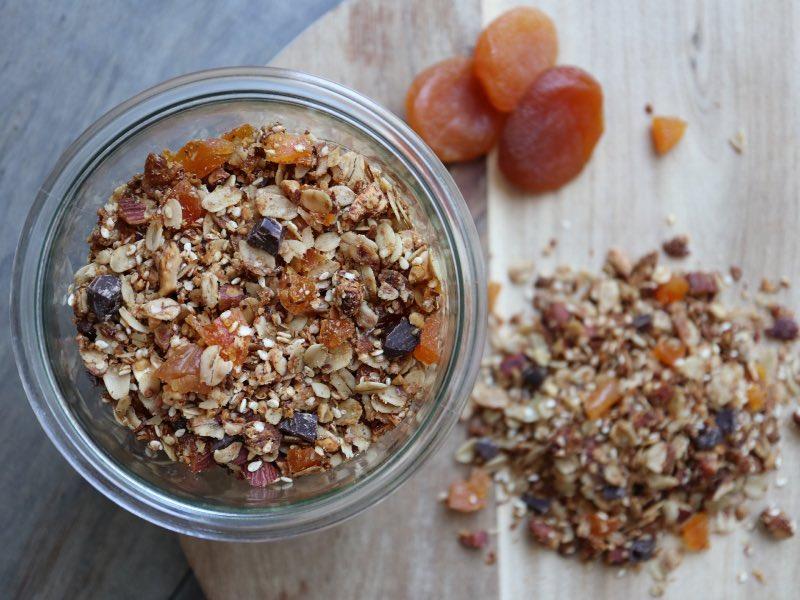 Hjemmelavet granola med abrikoser og chokolade