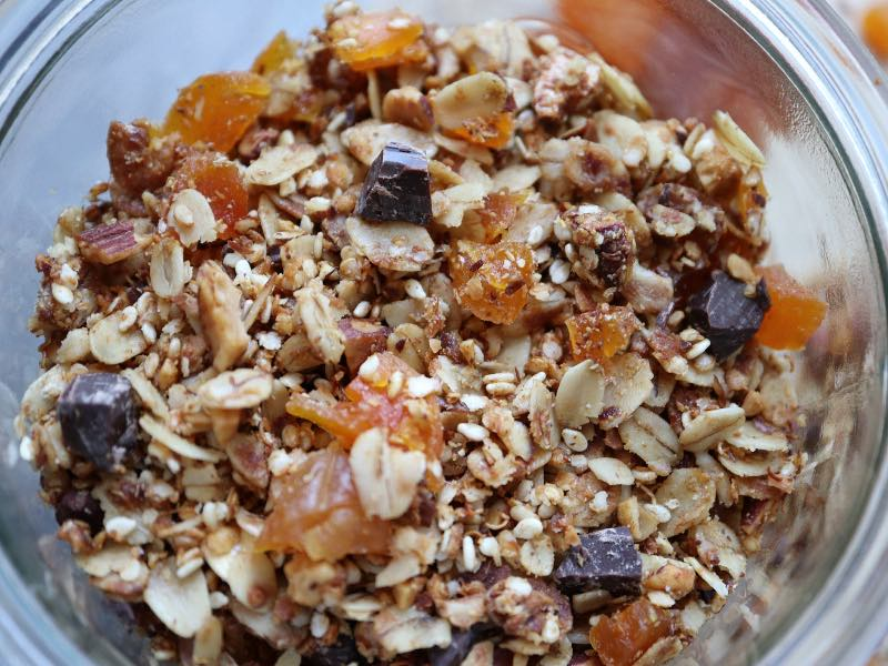 Granola med abrikoser og mørk chokolade