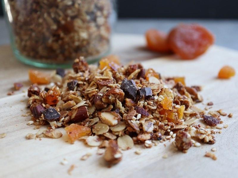 Hjemmelavet granola med mandler, abrikoser og chokolade