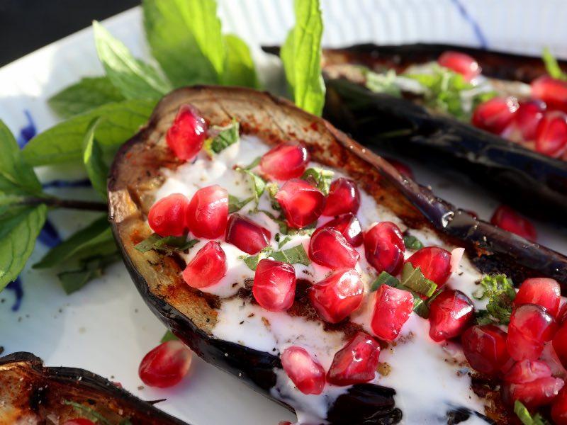 Grillede auberginer med yoghurt og granatæblekerner