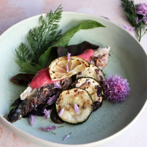 Makrel på grillen med en syrlig rabarbersauce