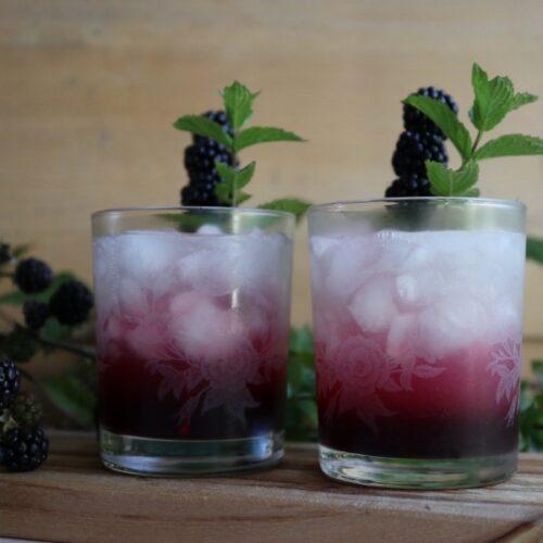 Shakede Gin Bramble med hjemmelavet brombærsirup